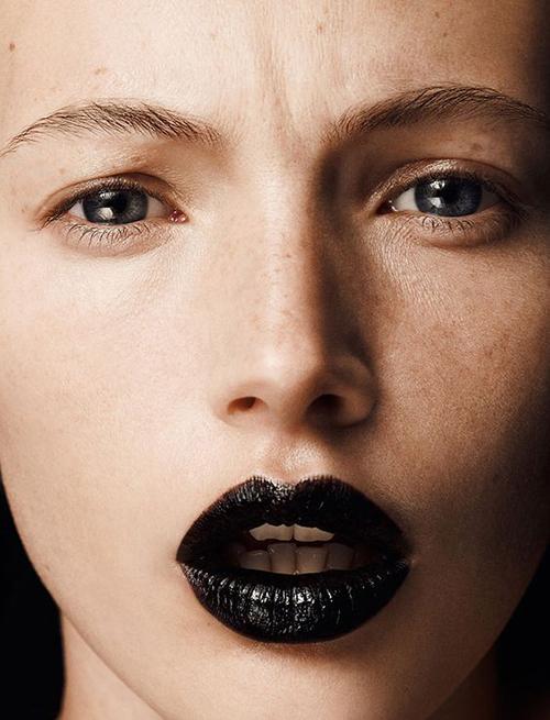 модные тренды, какой макияж сделать на новый год, новый год 2017, макияж 2017, черная помада, блестки на губах, блестки на глазах, блестки как краситься, как краситься зимой, как краситься в 2017 году