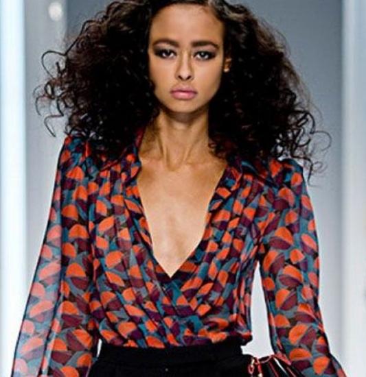 914b9c9f18d Мы подобрали для вас несколько образов с блузкой с глубоким декольте.  Смотрите и вдохновляйтесь!
